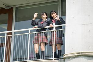 手を振る2人の女子高校生の写真素材 [FYI01220921]