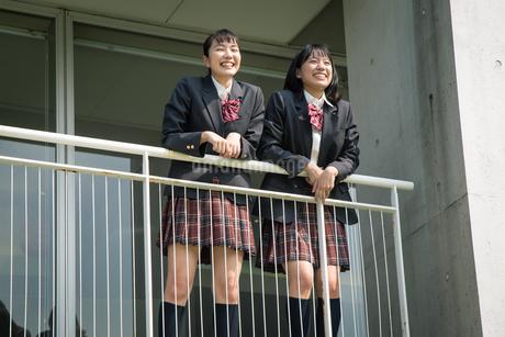 2人の女子高校生の写真素材 [FYI01220924]