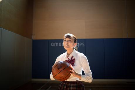 バスケットボールを持つ女子高校生の写真素材 [FYI01220925]