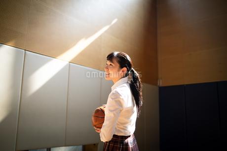 バスケットボールを持つ女子高校生の写真素材 [FYI01220926]