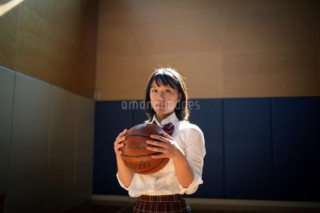 バスケットボールを持つ女子高校生の写真素材 [FYI01220928]