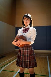 バスケットボールを持つ女子高校生の写真素材 [FYI01220929]