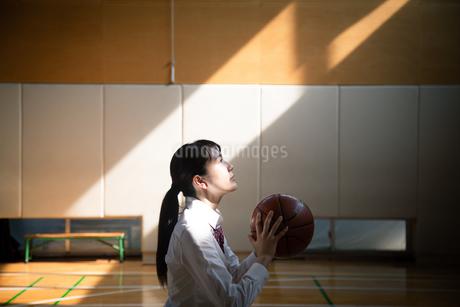 バスケットボールを持つ女子高校生の写真素材 [FYI01220938]