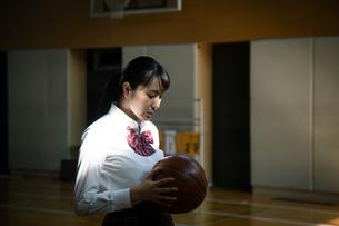 バスケットボールを持つ女子高校生の写真素材 [FYI01220939]