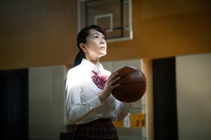 バスケットボールを持つ女子高校生の写真素材 [FYI01220940]