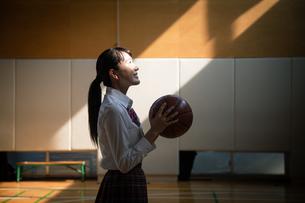 バスケットボールを持つ女子高校生の写真素材 [FYI01220941]
