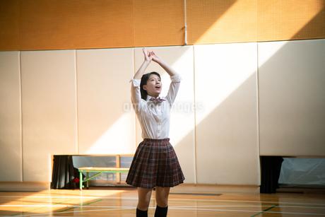 バスケットボールを投げる女子高校生の写真素材 [FYI01220942]