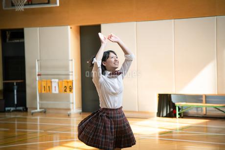 バスケットボールを投げる女子高校生の写真素材 [FYI01220943]