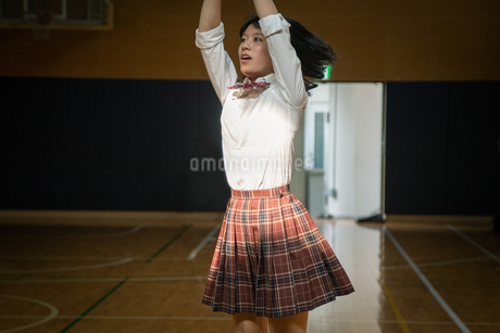 バスケットボールを投げる女子高校生の写真素材 [FYI01220944]