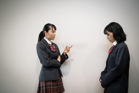 問い詰める女子高校生の写真素材 [FYI01220947]