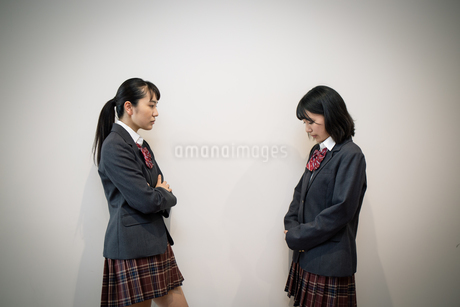 問い詰める女子高校生の写真素材 [FYI01220948]