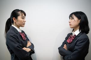 対峙する女子高校生の写真素材 [FYI01220950]