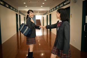 笑顔で別れる女子高校生の写真素材 [FYI01220953]