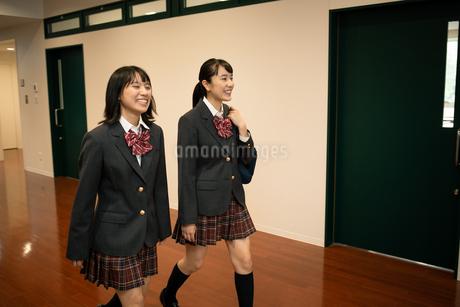 廊下を歩く2人の女子高校生の写真素材 [FYI01220954]