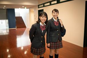 2人の女子高校生の写真素材 [FYI01220955]