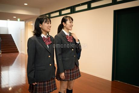 2人の女子高校生の写真素材 [FYI01220956]