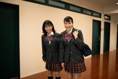 挨拶する2人の女子高校生の写真素材 [FYI01220957]