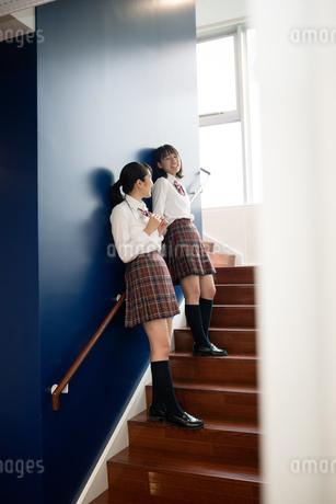 階段で会話する2人の女子高校生の写真素材 [FYI01220966]