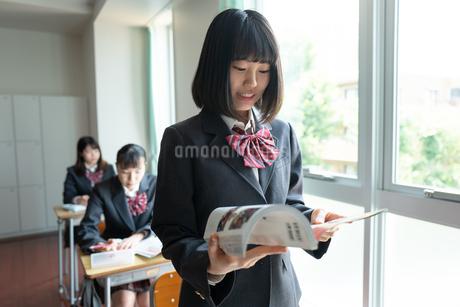 授業を受ける女子高校生の写真素材 [FYI01220970]