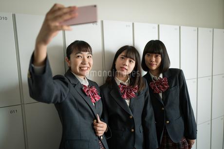 スマートフォンで自撮りする女子高校生の写真素材 [FYI01220971]
