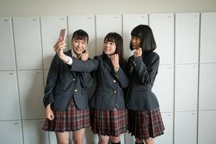 スマートフォンで自撮りする女子高校生の写真素材 [FYI01220973]