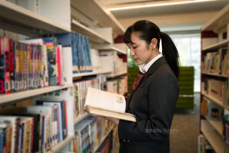 図書室で本を読む女子高校生の写真素材 [FYI01220977]