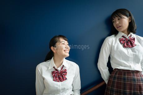 階段で会話する2人の女子高校生の写真素材 [FYI01220979]