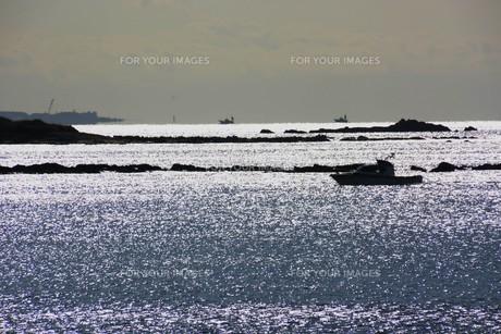 背景素材・光る海シルエットの写真素材 [FYI01221534]