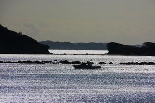背景素材・光る海シルエットの写真素材 [FYI01221536]