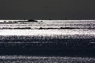 背景素材・光る海シルエットの写真素材 [FYI01221537]