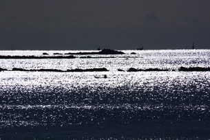 背景素材・光る海シルエットの写真素材 [FYI01221538]