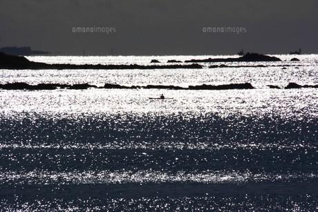 背景素材・光る海シルエットの写真素材 [FYI01221539]
