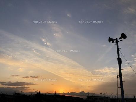 夕日に響くトランペットスピーカーの写真素材 [FYI01221577]