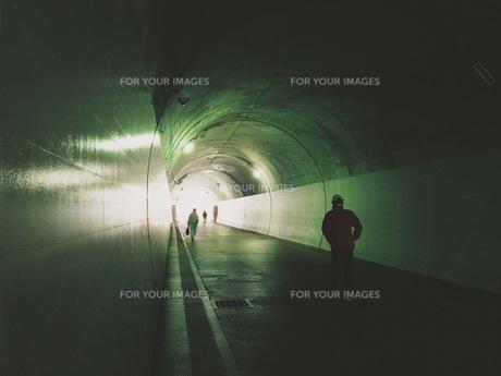 光が射すトンネルの写真素材 [FYI01221663]