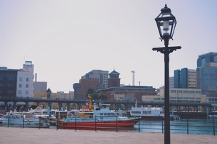 街灯と船の写真素材 [FYI01221668]