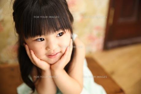 微笑む少女の写真素材 [FYI01221683]