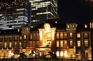 東京駅の秋の夜の風景の写真素材 [FYI01221707]