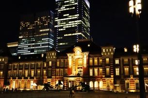 東京駅の秋の夜の風景の写真素材 [FYI01221710]