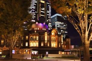 東京駅の秋の夜の風景の写真素材 [FYI01221711]