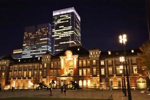 東京駅の秋の夜の風景の写真素材 [FYI01221712]