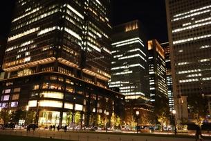 東京駅界隈の紅葉とライトアップの写真素材 [FYI01221713]