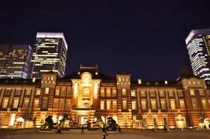 東京駅の秋の夜の風景の写真素材 [FYI01221716]