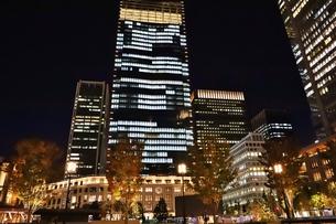 東京駅の秋の夜の風景の写真素材 [FYI01221718]