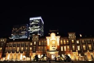 東京駅の秋の夜の風景の写真素材 [FYI01221719]