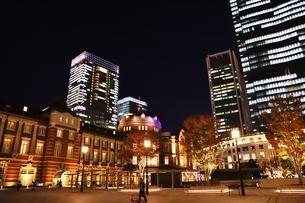 東京駅の秋の夜の風景の写真素材 [FYI01221720]