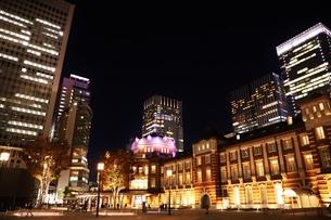 東京駅の秋の夜の風景の写真素材 [FYI01221722]