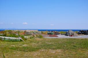 漁具が置かれた海岸の風景の写真素材 [FYI01221791]