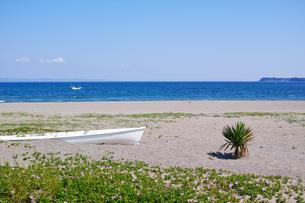 ボートが置かれた海岸の風景の写真素材 [FYI01221793]