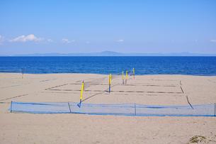 ビーチバレーコートがある海岸の風景の写真素材 [FYI01221794]