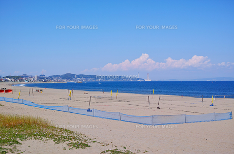 ビーチバレーコートがある海岸の風景の写真素材 [FYI01221795]
